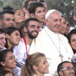 Papa advierte a jóvenes contra el populismo y las sociedades cerradas