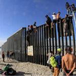Caravana de migrantes alcanza la frontera con EEUU y trepan las vallas de seguridad (VIDEO)