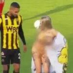 Holanda: Mujer desnuda ingresa a campo de fútbol y logra detener el encuentro (VIDEO)