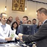 EEUU: Abren primeras tiendas de marihuana en la costa este y alcalde compra