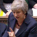 """May defiende el acuerdo del """"brexit"""" entre dimisiones de sus ministros"""