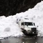 Espectacular video cuando avalancha de nieve sepulta camión