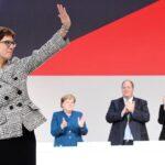 Centrista Kramp-Karrenbauer sucede a Merkel en CDU por mínimo margen