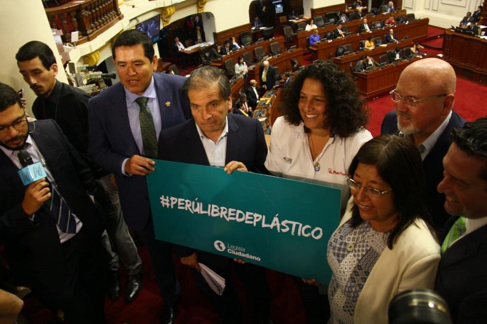 Aprueban ley que regula el uso de plástico de un solo uso