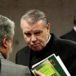 Avisan a sacerdote acusado de abusos que tiene 72 horas para abandonar Chile