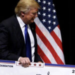 Trump disuelve su fundación ante acusación fiscal de usarla con fines personales y políticos (VIDEO)