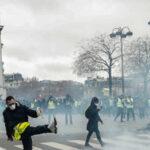 """Francia: Gases lacrimógenos y nuevos enfrentamientos de """"chalecos amarillos"""" con policías"""