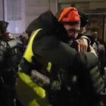 """Francia: """"Chalecos amarillos"""" y policías se abrazaron en los festejos por el Año Nuevo"""