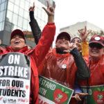 Huelga indefinida de maestros deja sin clase a medio millón de alumnos en California (VIDEO)