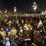 Hungría: Miles de personas en 60 ciudades protestan en contra nueva legislación laboral