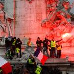 Francia: Chalecos Amarillos se enfrentan nuevamente a los policías en plaza céntrica