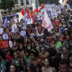 """Miles de brasileñas protestan en las calles contra """"retrocesos"""" de Bolsonaro"""