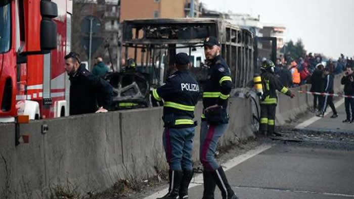 Una locura: secuestró un colectivo con 51 alumnos y lo prendió fuego