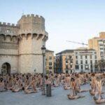 Unas 1.300 personas se desnudan para Tunick en la ciudad española de Valencia (video)