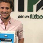 Diego Forlán ya tiene su título de entrenador obtenido en Argentina (video)