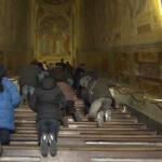 Después de 3 siglos Vaticano exhibe escalera de mármol que subió Jesús durante su juicio (VIDEO)