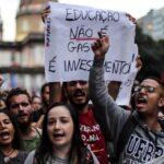 Miles de personas protestan en Brasil contra los recortes a la educación