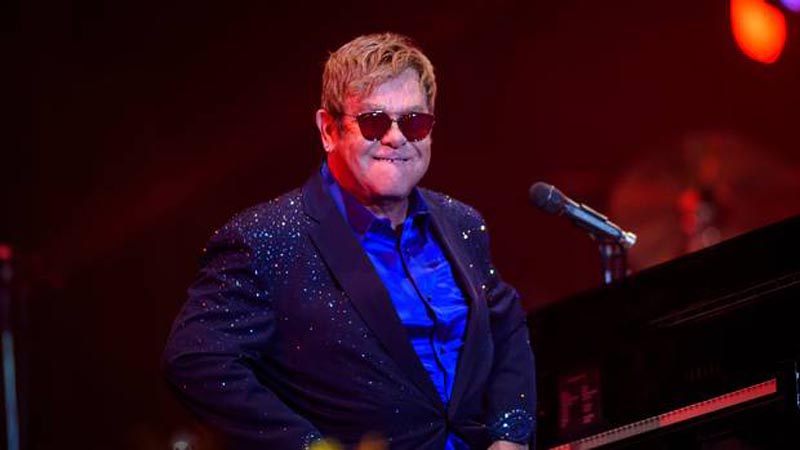 Triunfal llegada de Elton John a Cannes junto a su esposo