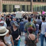 """Miles protestan en Chicago contra """"crueles e inhumanas"""" redadas de Trump"""