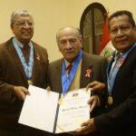 Universidad Bausate: Doctor Roberto Mejía recibe homenaje del Colegio de Periodistas