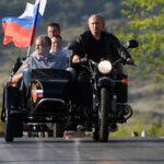 Vladimir Putin llega manejando su moto a una ceremonia (Videos)