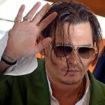 Johnny Depp: Actor se moja por sus fans firmando bajo la lluvia en Venecia