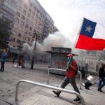 Chile: Economía y fútbol tambalean mientras protestas toman un respiro
