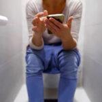 ¿Sabías lo peligroso que es usar el celular cuando estás en el inodoro?