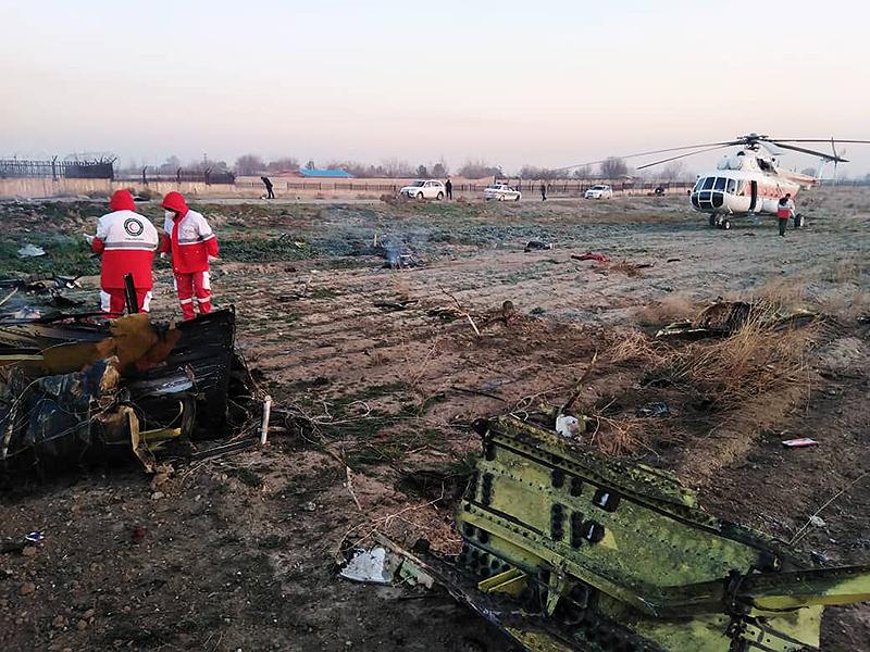 Fuerzas de rescate en el lugar del accidente donde cayó la aeronave de Ukraine International Airlines con 180 pasajeros.