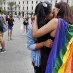 Activistas LGTBIQ se besan en el centro de Lima para rechazar discriminación (Fotos)