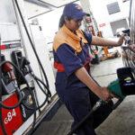 Anuncian baja de precios de combustibles y subida del GLP