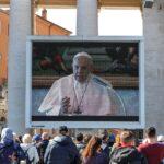 """Papa Francisco reza el ángelus en """"streaming"""" en plaza con baja afluencia"""
