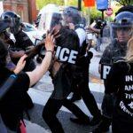 Manifestantes se enfrentan con la Policía afuera de la Casa Blanca (Video)