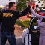 Policías de Michigan se unen a protesta por asesinato de George Floyd (Videos)