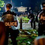Manifestantes desafían el toque de queda frente a la misma Casa Blanca