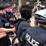 Arrestan hombre con cara pintada de negro en manifestación contra el racismo (Videos)