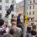 Reino Unido: Manifestantes derrocan estatua de comerciante de esclavos