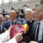 Papa subastará regalos de deportistas para recaudar fondos contra pandemia
