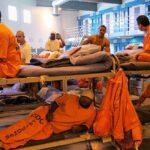"""Cárcel de EEUU prohíbe uso de mascarillas a los presos porque """"se las van a comer"""""""