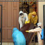 Policía boliviana recoge y certifica muertos por COVID en casas y calles