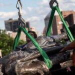 Retiran dos estatuas de Cristóbal Colón en Chicago tras protestas raciales (video)