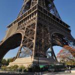 Un tramo de escalera de la Torre Eiffel subastado en París por 331.000 dólares
