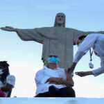 Brasil: Río de Janeiro aplica la primera vacuna a los pies del Cristo Redentor
