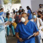 Desde hoy aplican tercera dosis de la vacuna a personal de salud